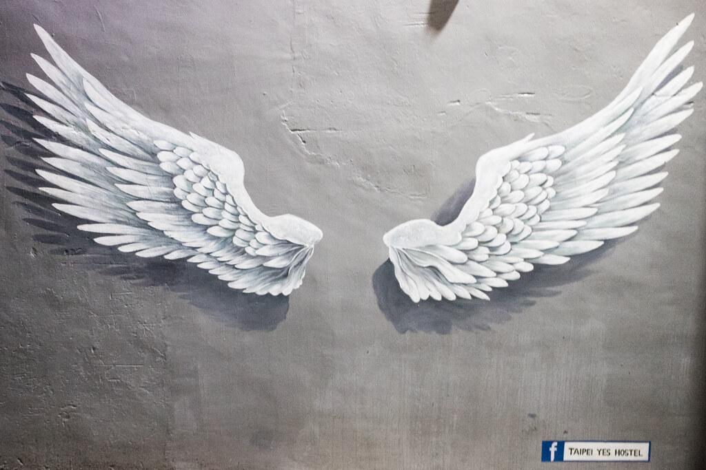 新北淡水景點「淡水巷內遇見掛在牆上的天使翅膀」台北YES背包客民宿
