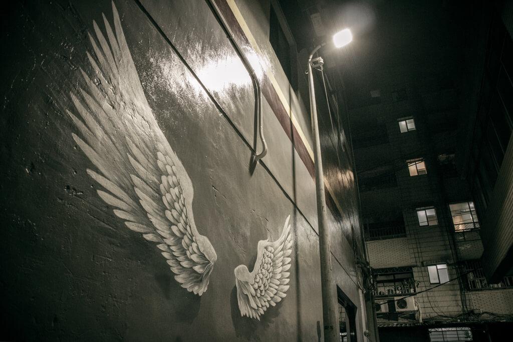 |新北。淡水|淡水巷內遇見掛在牆上的天使翅膀-台北YES背包客民宿