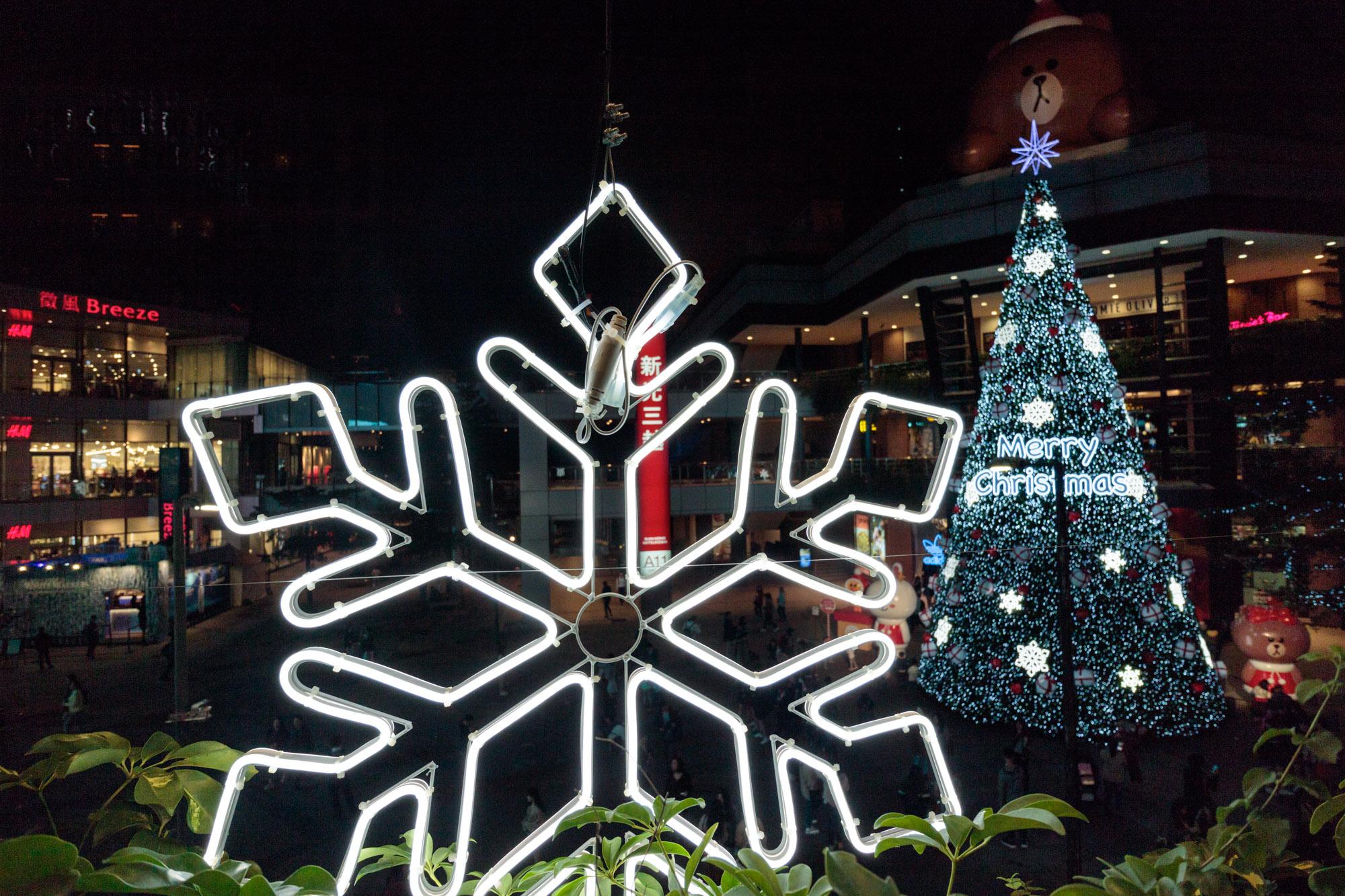 |台北。信義|新光三越信義新天地-17米高巨大耶誕樹、LINE FRIENDS打卡點