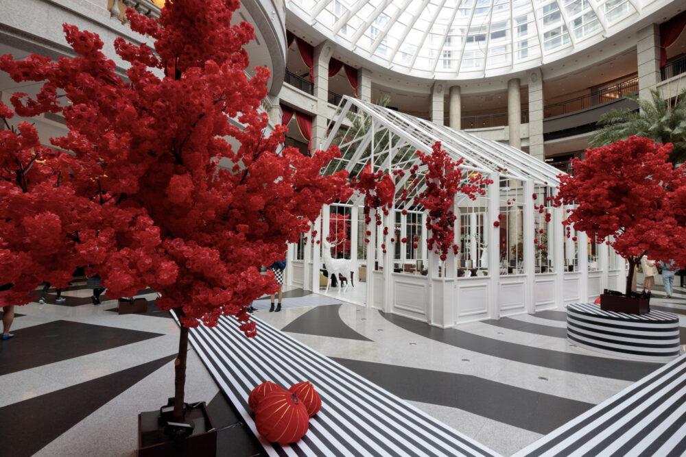 台北信義景點「寶麗廣塲 BELLAVITA」大紅色櫻花林場景迎新春