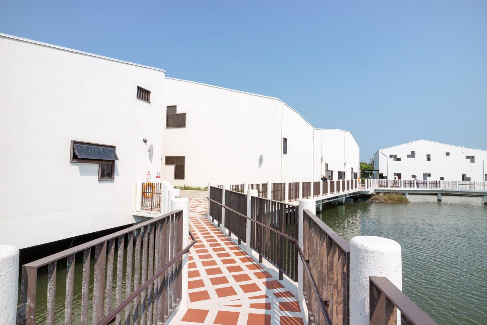 台南安南景點「台江國家公園管理處暨遊客中心」白色水上高腳屋