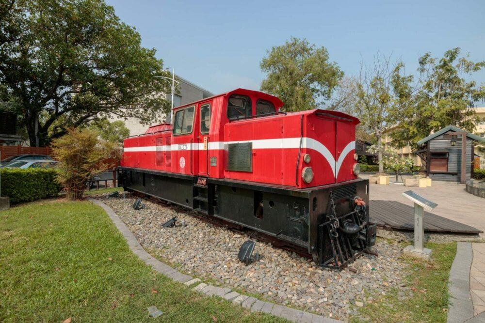 |嘉義。東區|阿里山森林鐵路車庫園區-與老火車頭最近的距離